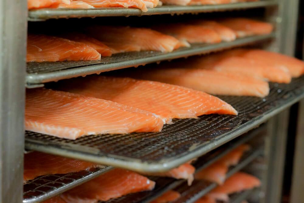 FRIEDRICHS Feinfisch Manufaktur - Lachssaiten werden kalt geräuchert