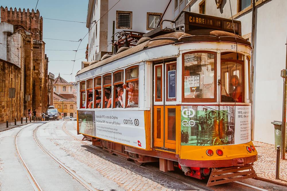 Historische Tram in Lissabon