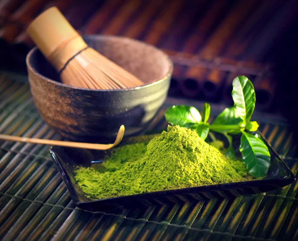 Matcha-Pulver und Tee