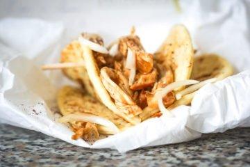 Mini-Tortillas mit Hoisin-Hähnchenbrust und süßen Zwiebeln