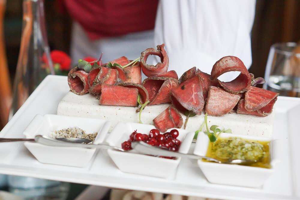 Rentier-Stroganina, gefrorenes Rentierfleisch mit Dips