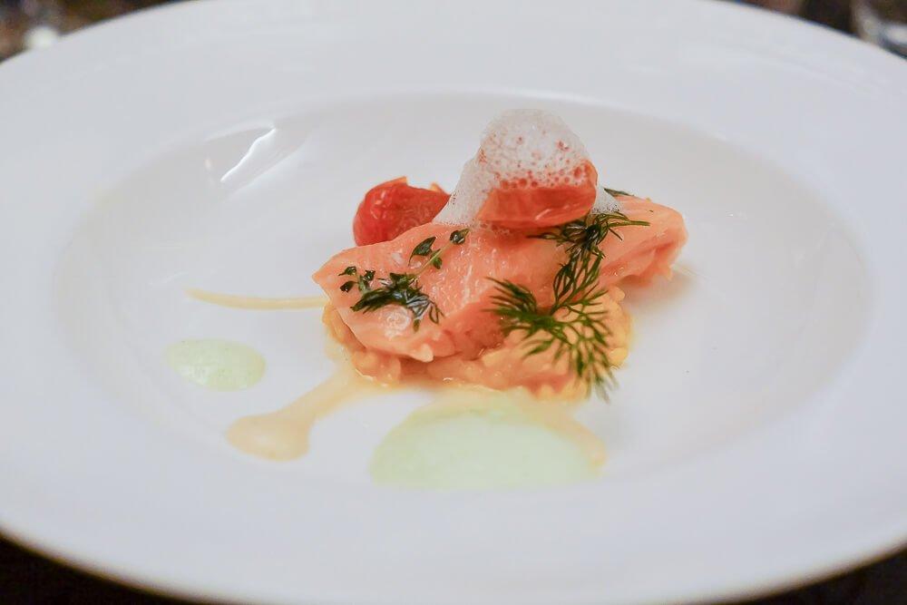 Schottischer Lachs confiert auf Kohlrabipüree und Cherry Tomaten