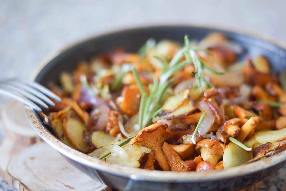 Bratkartoffeln mit Pfifferlingen und roten Zwiebeln