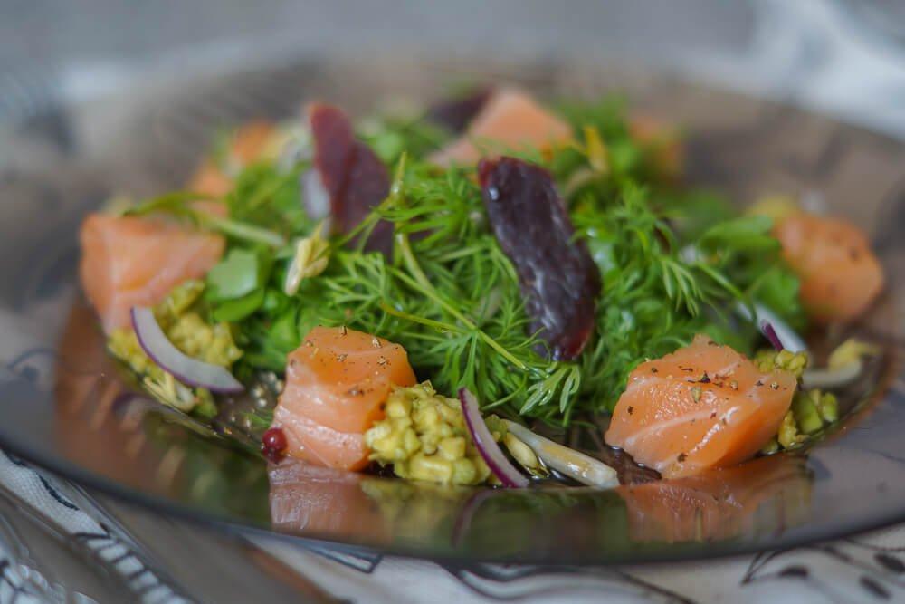 Lachswürfel mit Avocadocreme, gesmoktes Rehfilet und Wildkräutersalat