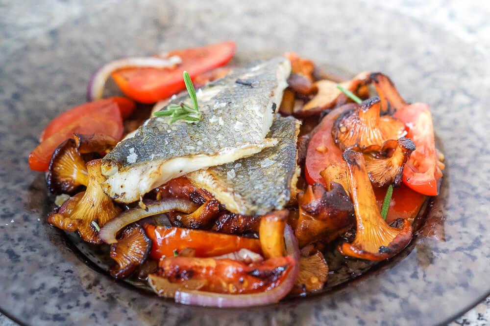 Seebrassen-Filet mit karamellisierten Tomaten und Pfifferlingen