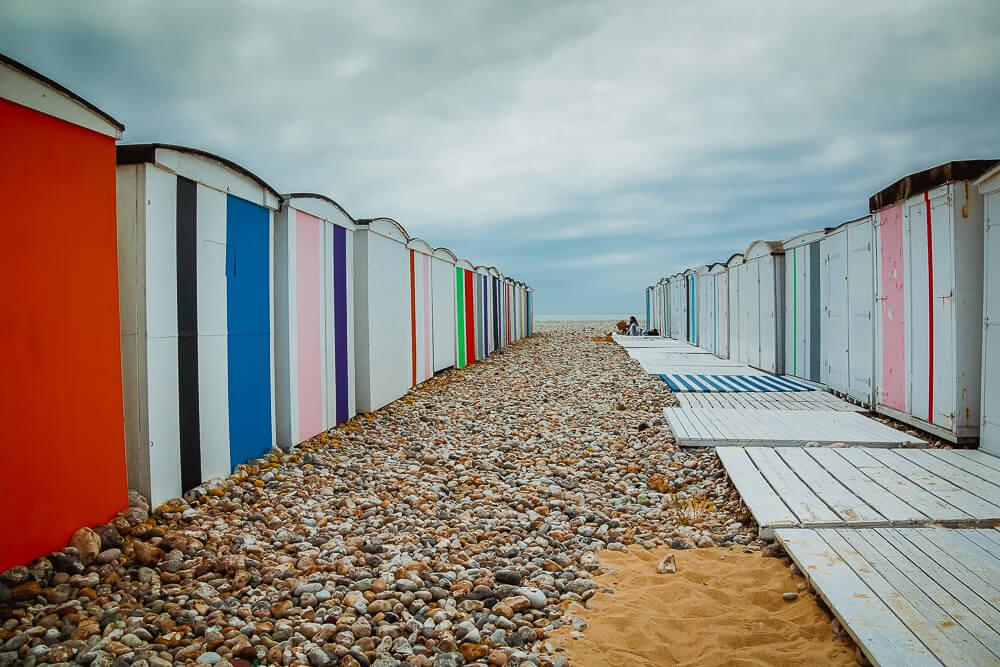 Nette kleine farbige Strandhütten in Le Havre