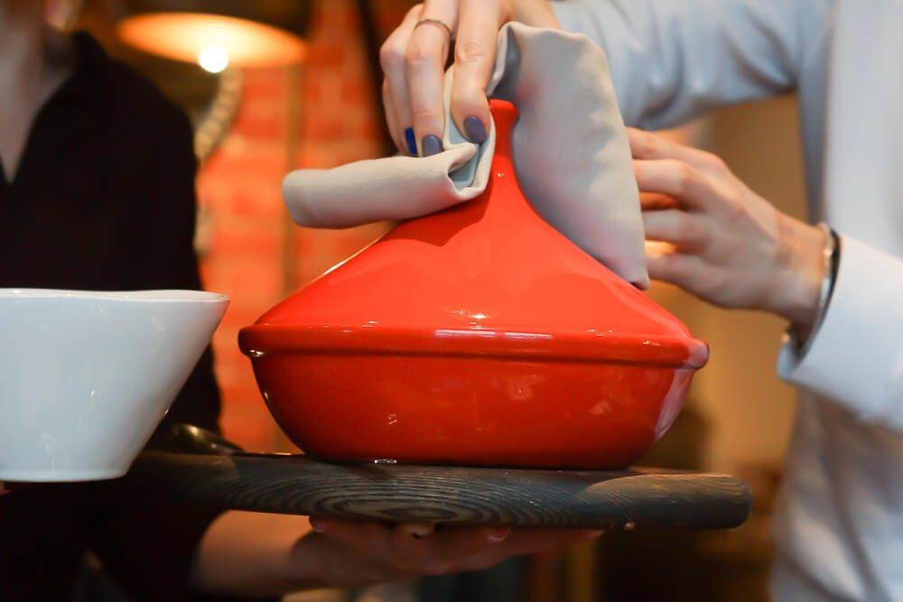 Nofar Restaurant Moskau - Tajine am Tisch geöffnet