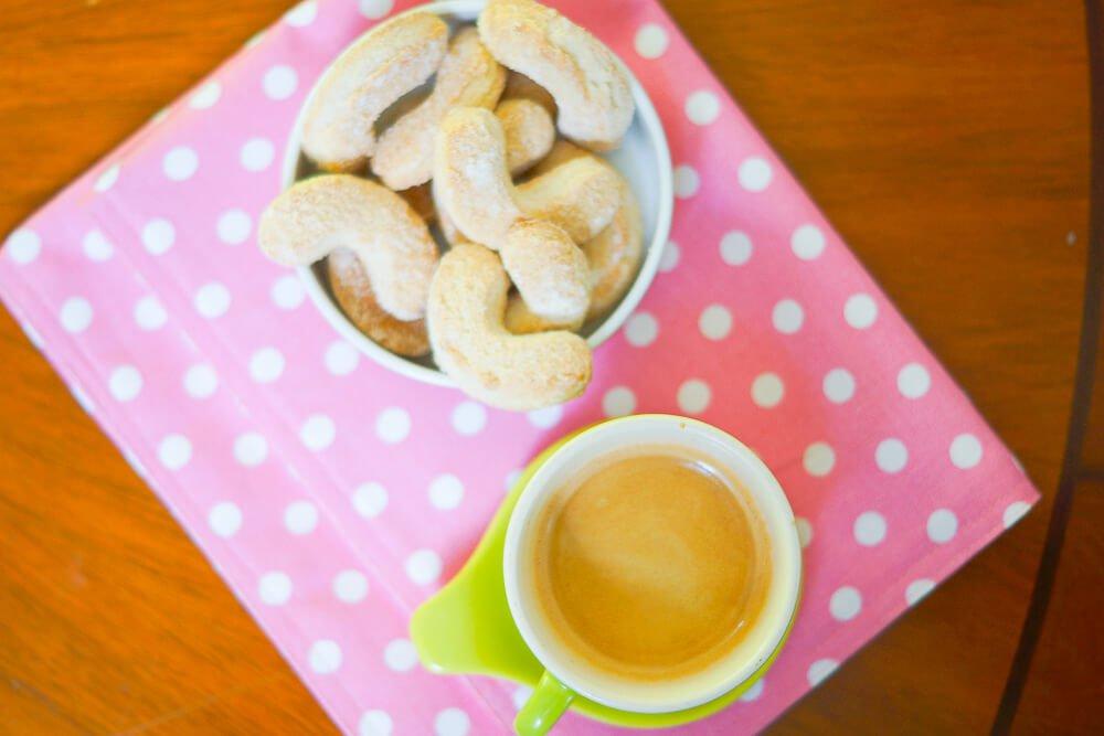 Vanillekipfel mit Espresso