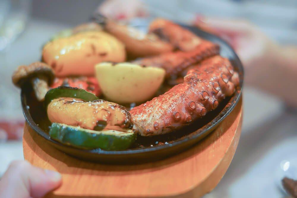 Kitchen Room Tallinn - Oktopus mit Grillgemüse und Kartoffeln