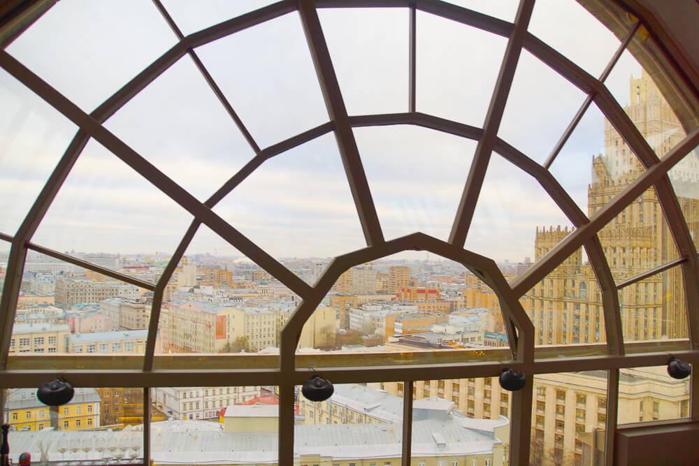 White Rabbit Moskau - Bogenfenster mit Ausblick