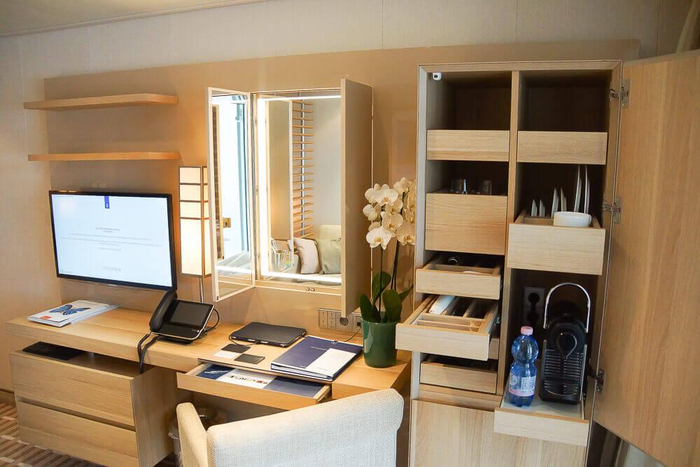 MS Europa 2 - Kaffeemaschine und Schreibtisch