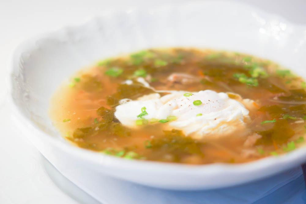Grand-Café Dr. Zhivago - Grüne Schii Suppe mit pochiertem Ei
