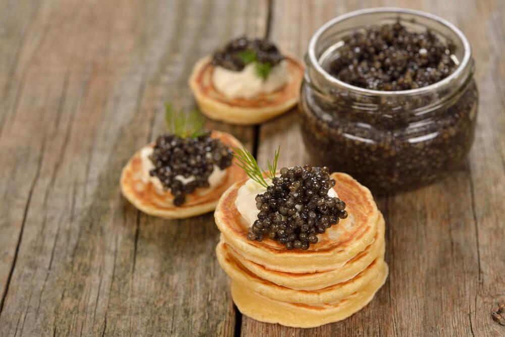 Kaviar vom Stör mit Blini und Schmand