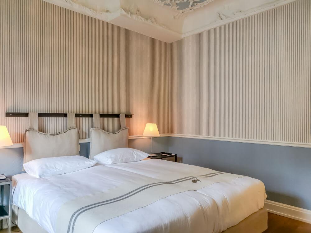 Hotel Florhof, Zürich - Bett und Stuckdecke