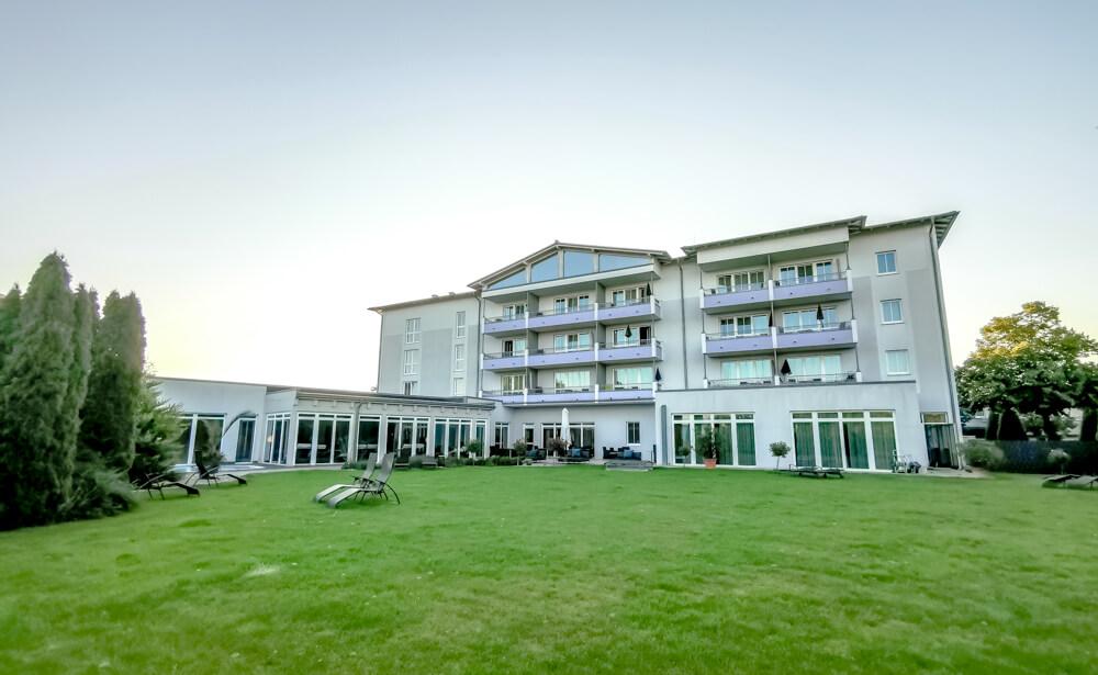 Hotel Holzapfel Bad Füssing - Hotel von der Wiese aus