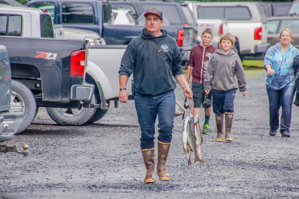 Kodiak, Alaska USA - Familie beim Lachs Angeln
