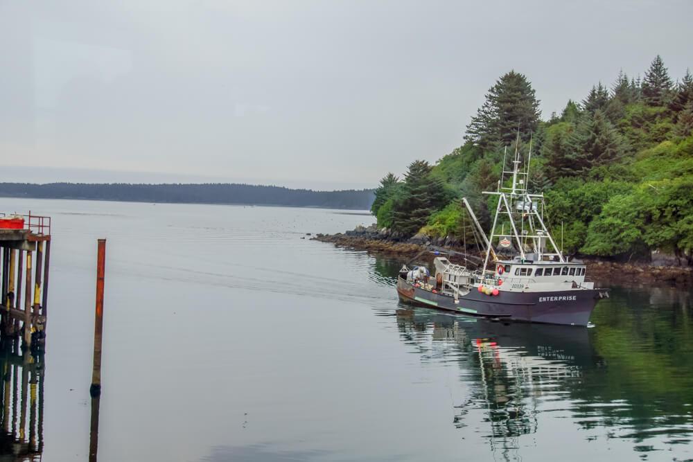 Kodiak, Alaska USA - Fischereischiff kommt in den Hafen