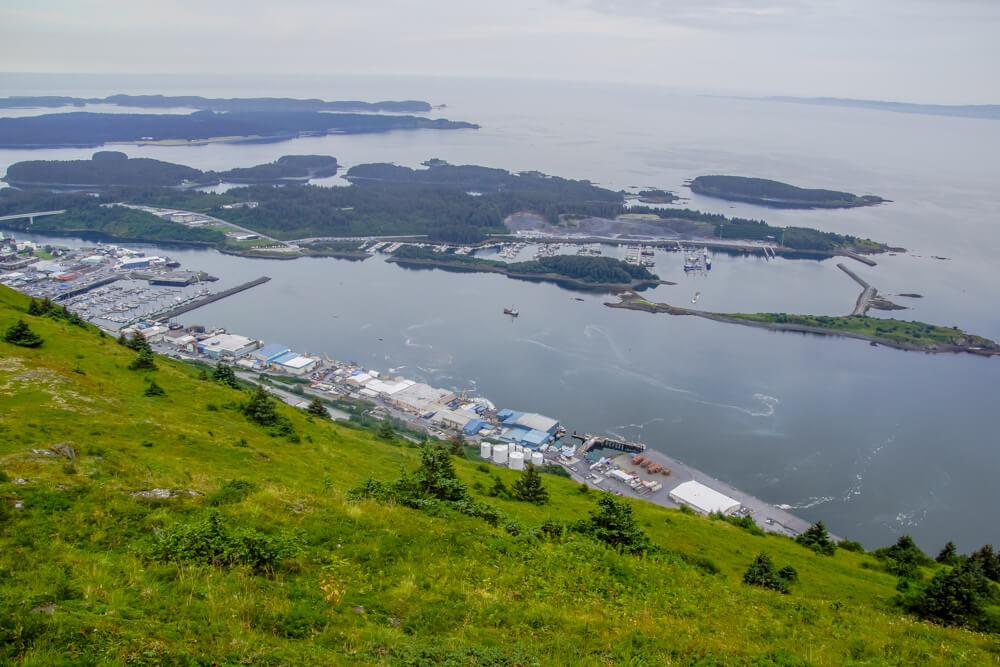 Kodiak, Alaska USA - Hafen und Berge von Kodiak