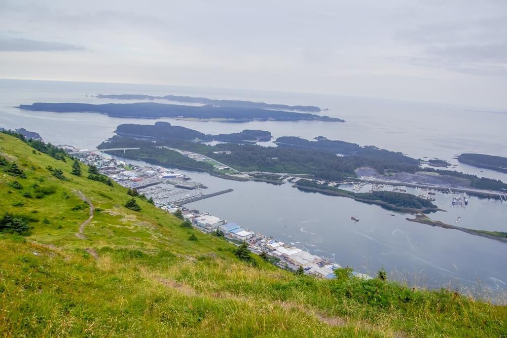 Kodiak, Alaska USA - Sicht von den Bergen auf den Hafen