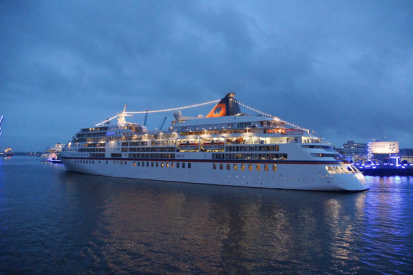 MS Europa 2 trifft MS Europa in Hamburg