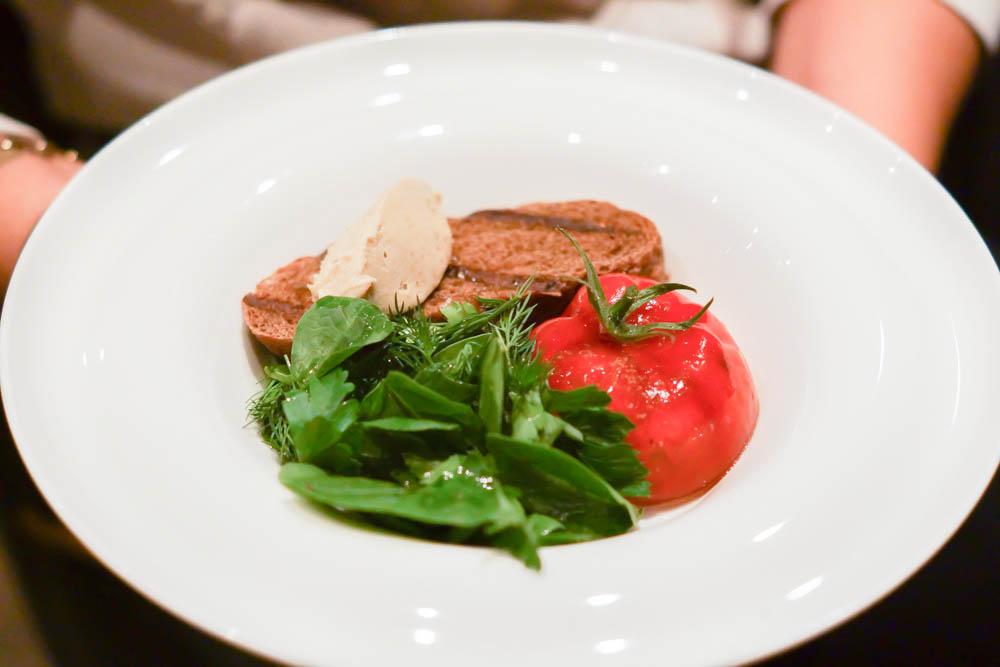 The Repa Restaurant - Fake Tomate mit feiner Fleischfüllung