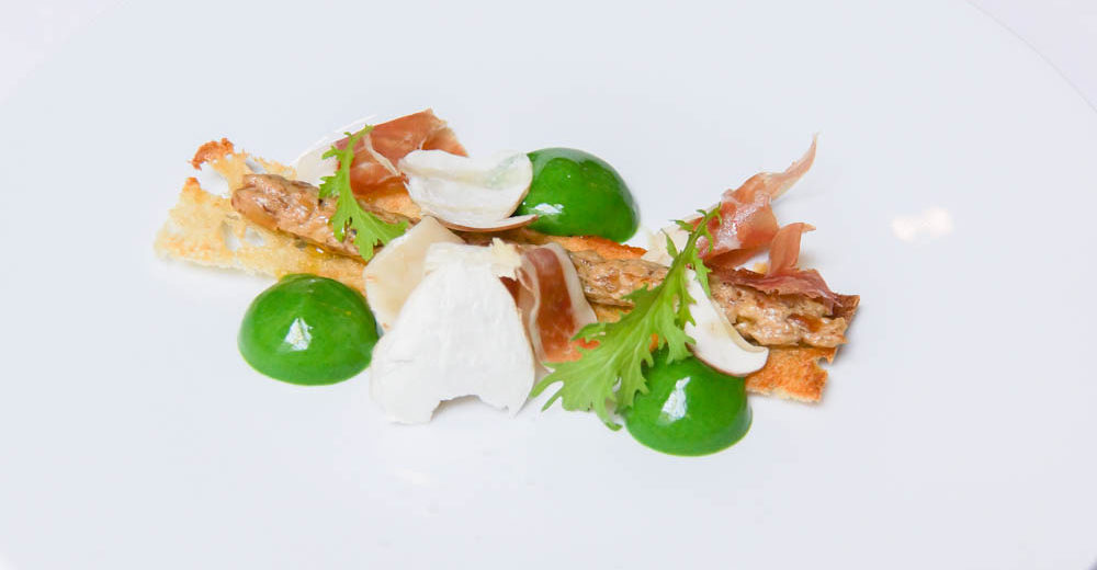 Iberischer Schinken, Crostini, Trüffel-Spargelpüree, Basilikum und Steinpilz