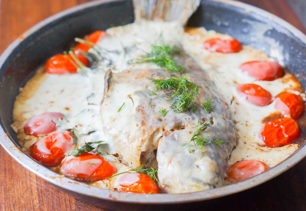 Karausche mit Kräuterfüllung, Smetana und Tomaten - Im Ofen 20 Minuten backen