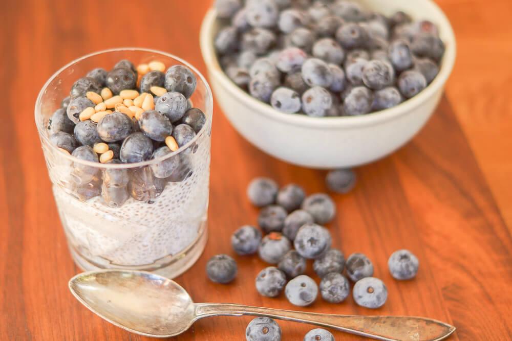 Rezept - Chia-Pudding mit Blaubeeren und Pinienkernen -3
