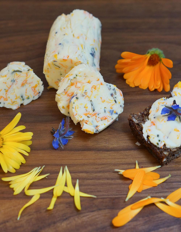 Ringelblumen-Butter mit Borretschblüten und Meersalz 1