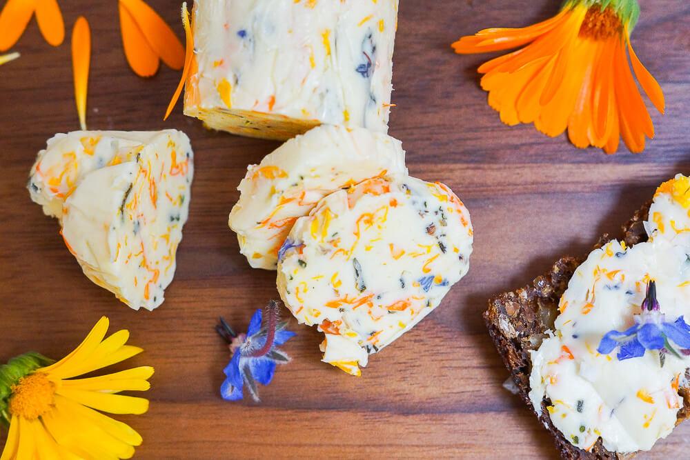 Ringelblumen-Butter mit Borretschblüten und Meersalz 2