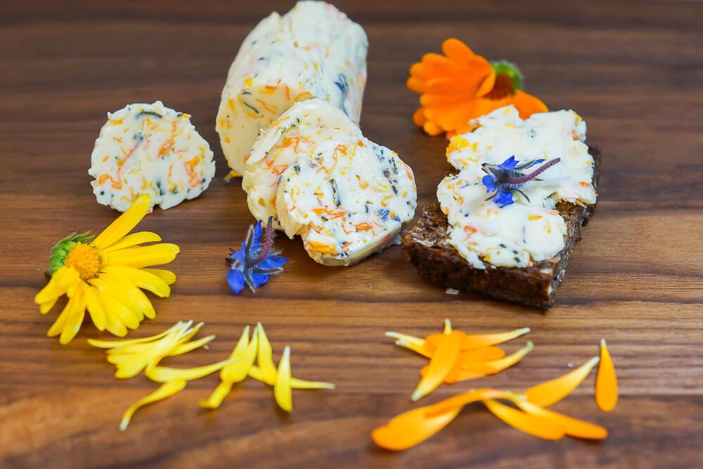 Ringelblumen-Butter mit Borretschblüten und Meersalz