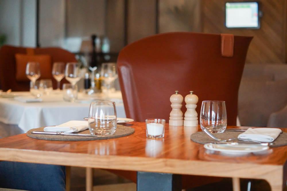 Selfie Restaurant Moskau - aufgeräumtes Tischdesign