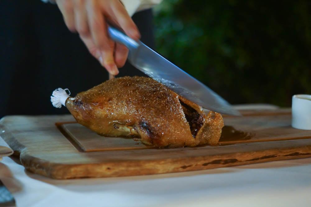 Restaurant ENTE Wiesbaden - Ente fachgerecht am Tisch tranchiert