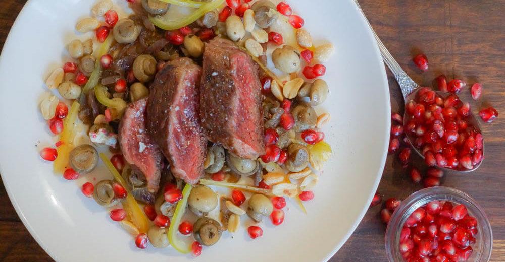 Rinderfilet und lauwarmer Salat aus Champignon, Granatapfel und Erdnüssen