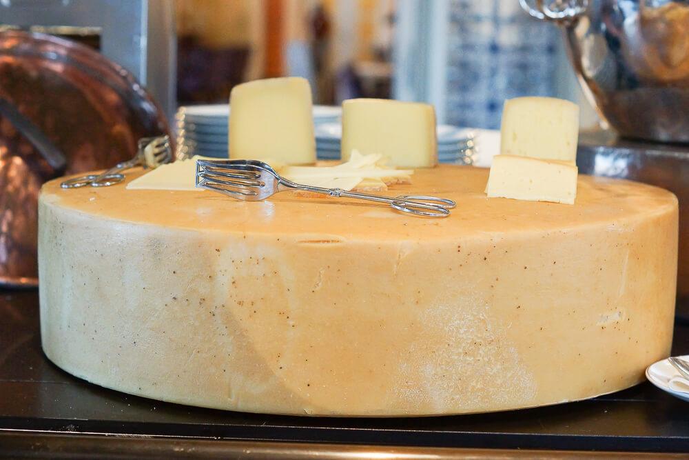 Bürgenstock Hotel - Käse zum Frühstück