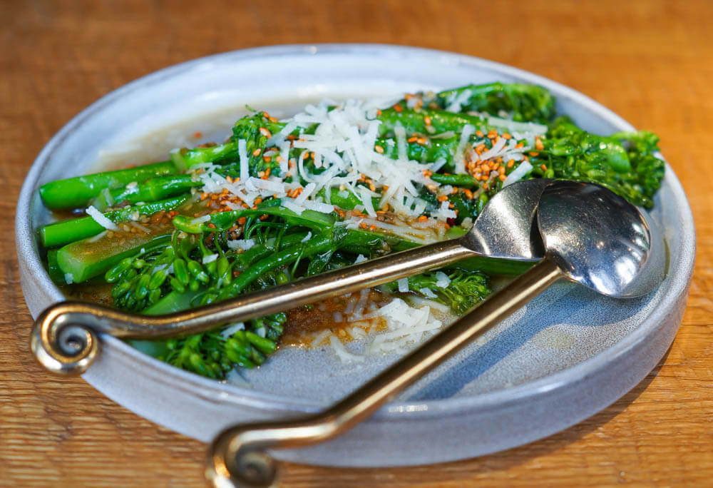 Broccolini mit Parmesan, Sesam und Teriyaki-Sauce - Gesunde Gemüseküche
