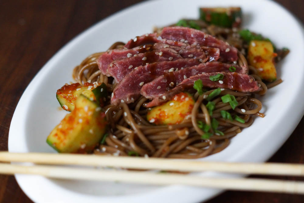 Oi Muchim - Scharfe Koreanische Gurken, Nudeln und Steak Sashimi