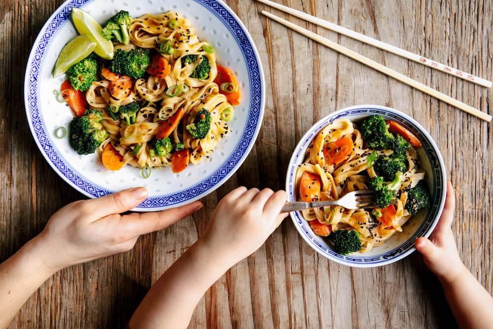 Asiatischer Schock-Wok mit Brokkoli und Reisbandnudeln