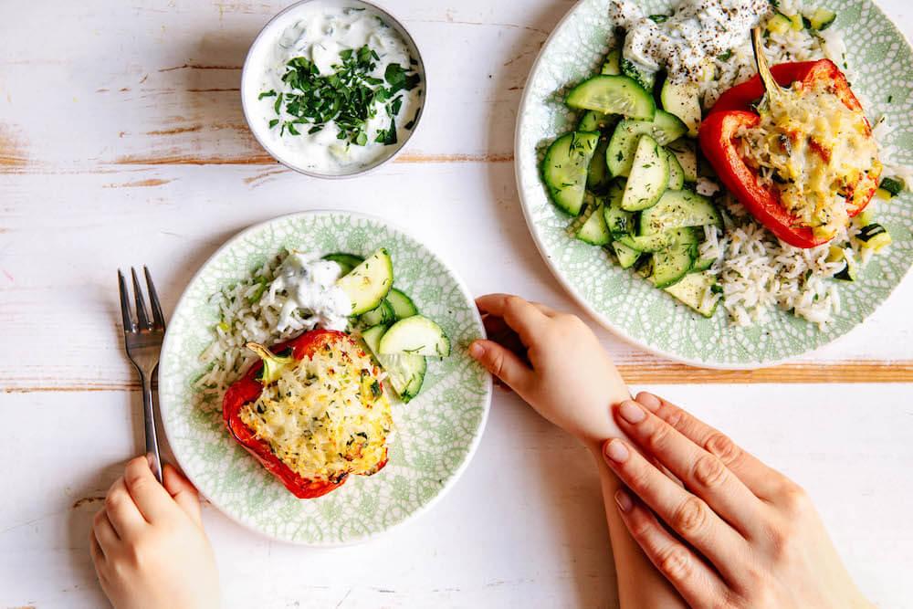 Gefüllte Paprikaschoten mit Gemüsereis, Gurkensalat und Dip