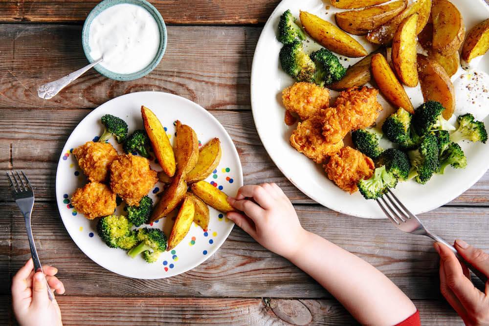 Knusprige Hähnchennuggets mit Ofengemüse und Limetten-Dip
