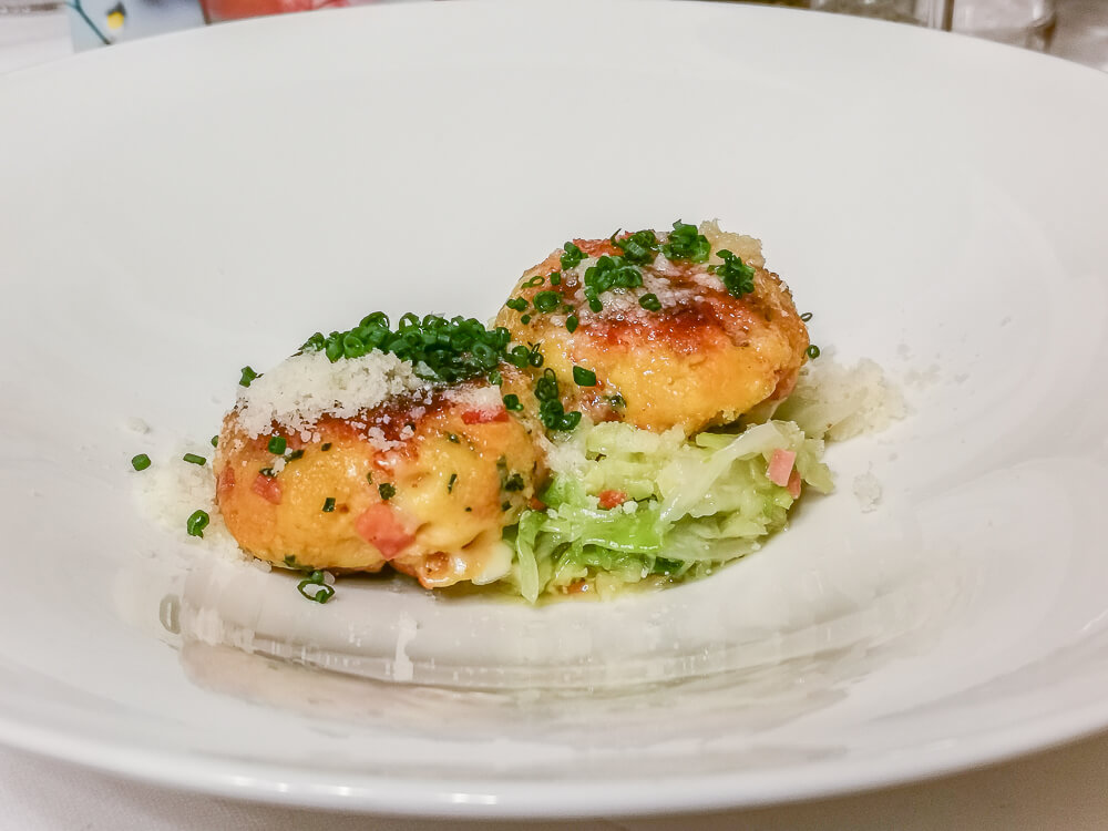 Pressknödel mit Stilfser Käse und Speck mit Krautsalat