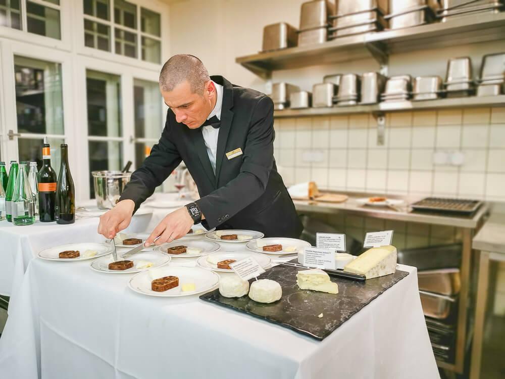 Waldhaus Sils Chefs Table - Käseplatte beim Anrichten