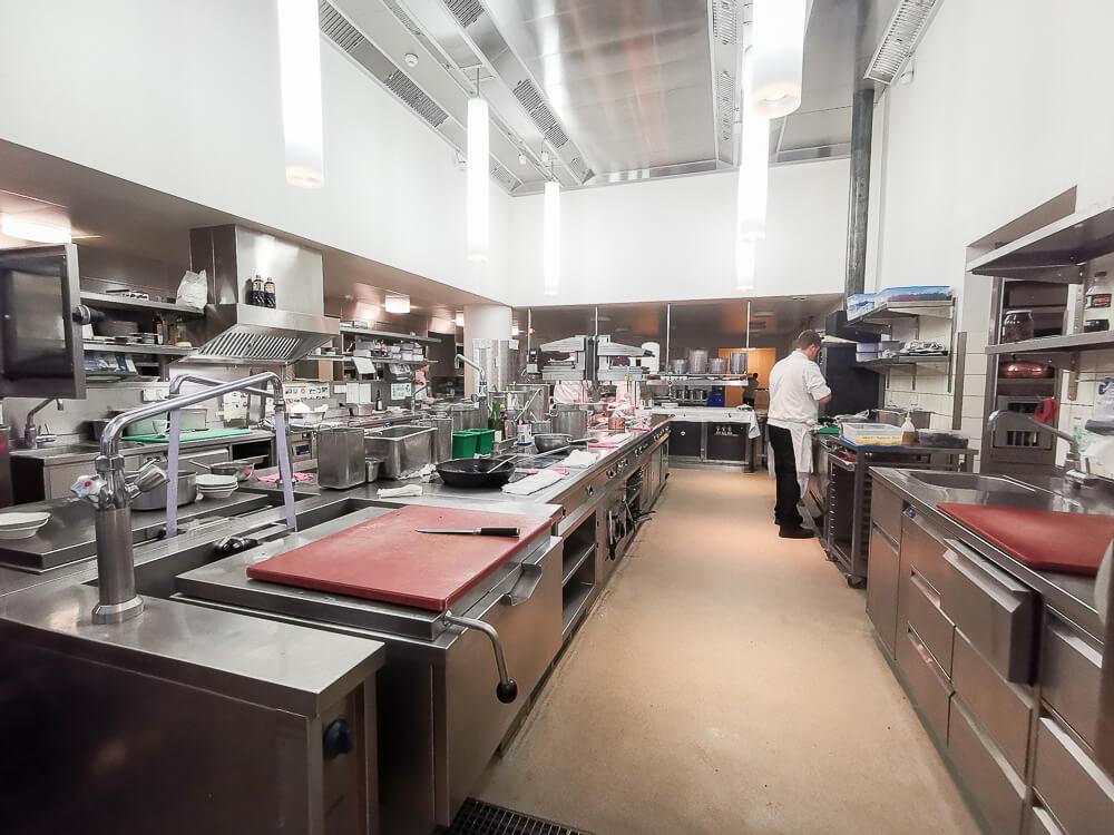 Waldhaus Sils Chefs Table -Mit Blick in die große helle Küche