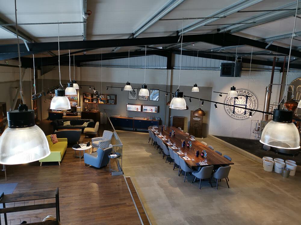 Haymans Gin - Brennerei und Lounge vom Barbereich aus