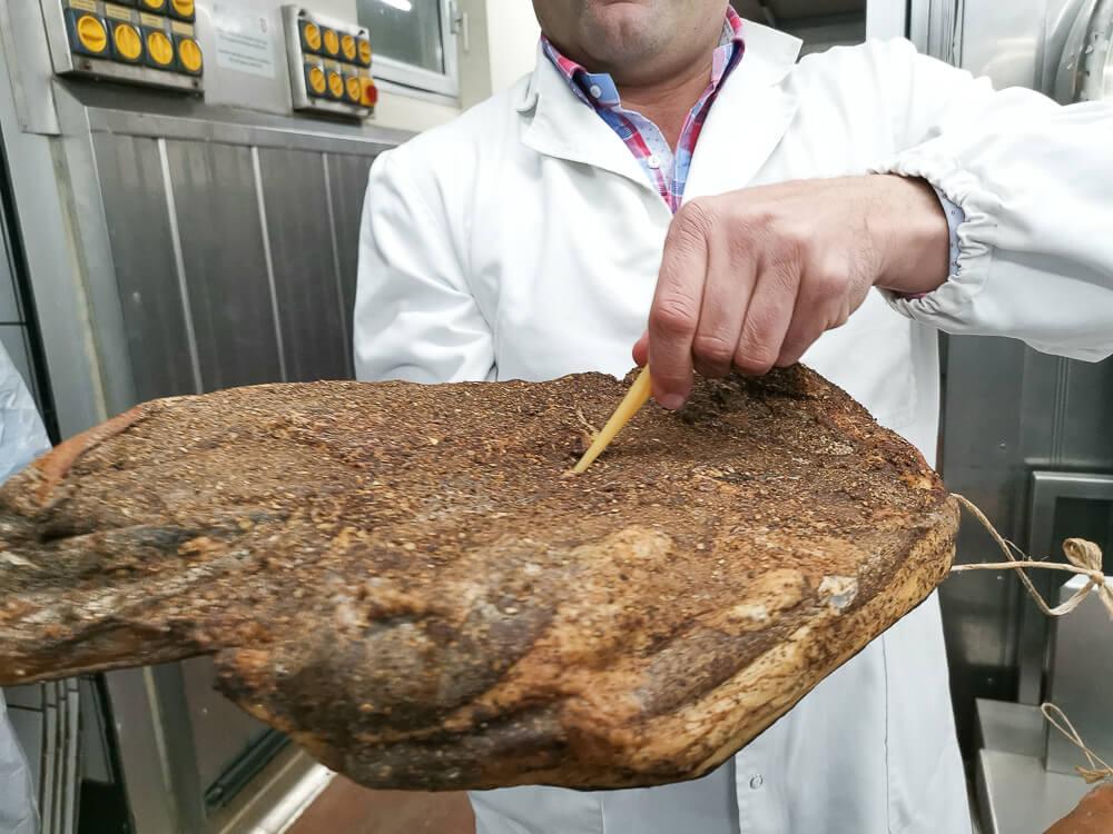 Speck aus Südtirol - Die Knochenprobe beim Speck