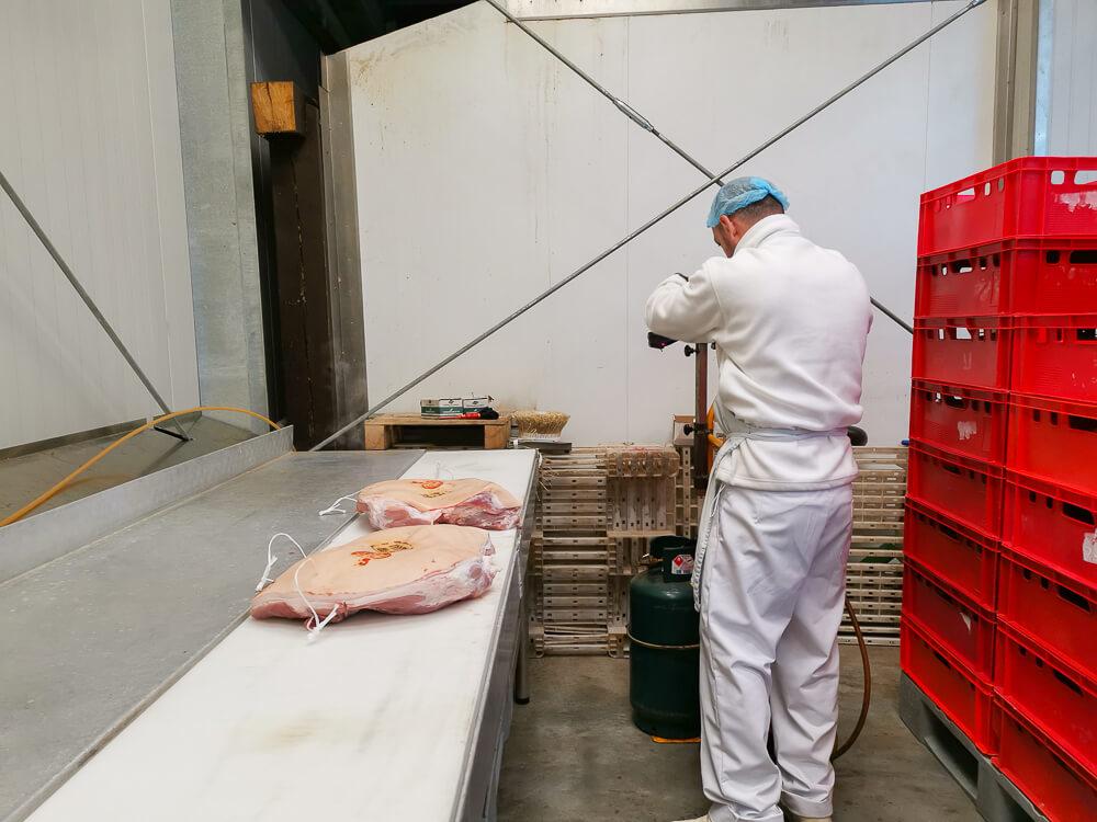 Speck aus Südtirol - Schweinekeulen werden mit Eingangsstempel versehen
