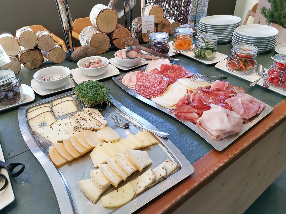 Arosea Life Balance Hotel - Schinken und Käse von lokalen Bauern