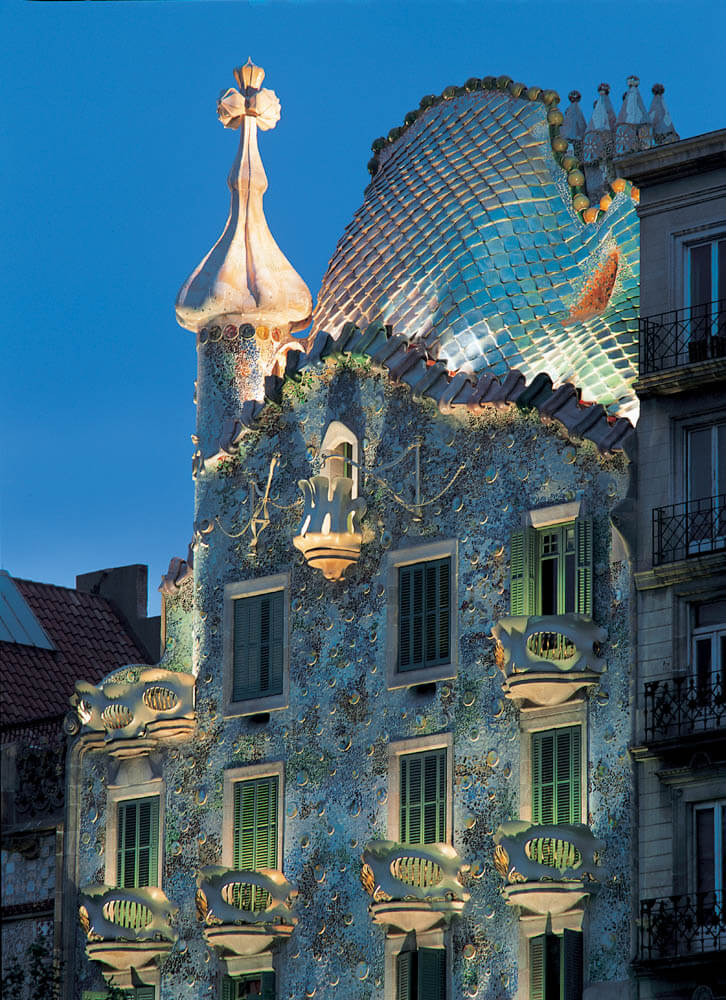 Casa-Batllo-lighted-up-evening