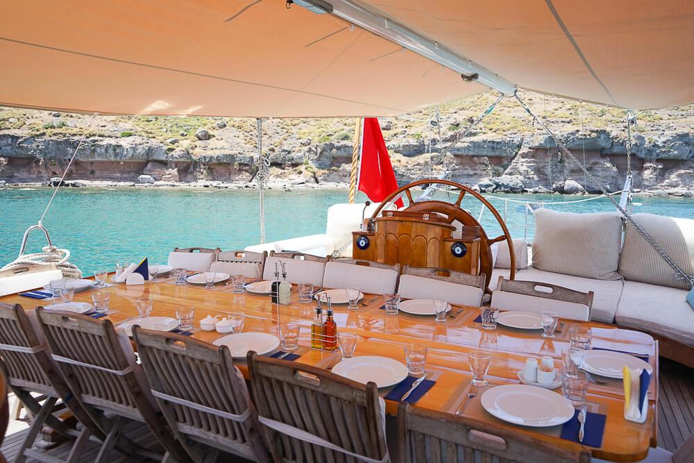 SCIC Sailing - Großer Esstisch immer reichlich gedeckt