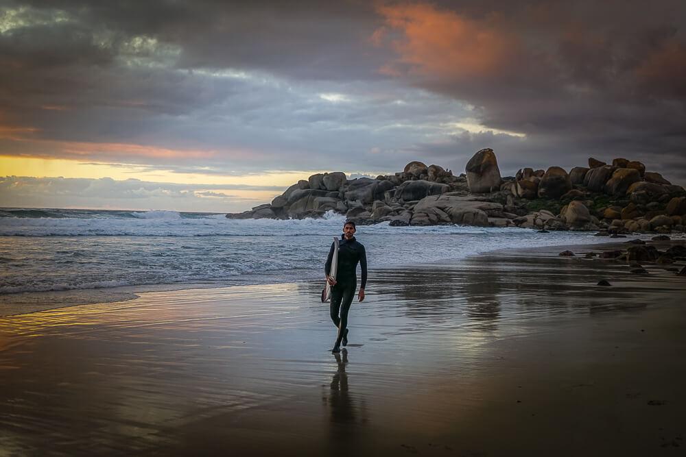 Llandudno Beach und Surfer beim Sonnenuntergang